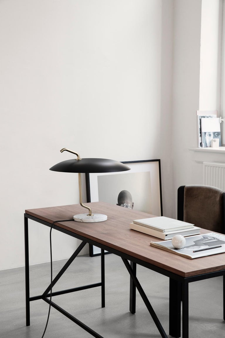 Mid-Century Modern Gino Sarfatti Lamp Model 537 Brass Structure, Black Reflector, White Marble For Sale