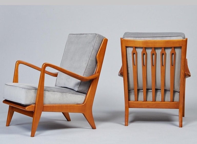 Italian Gio Ponti Exquisite Pair of Sculptural Armchairs in Walnut & Velvet, Italy 1950s For Sale