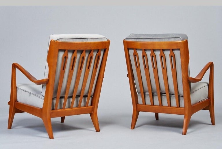 Gio Ponti Exquisite Pair of Sculptural Armchairs in Walnut & Velvet, Italy 1950s In Excellent Condition For Sale In New York, NY