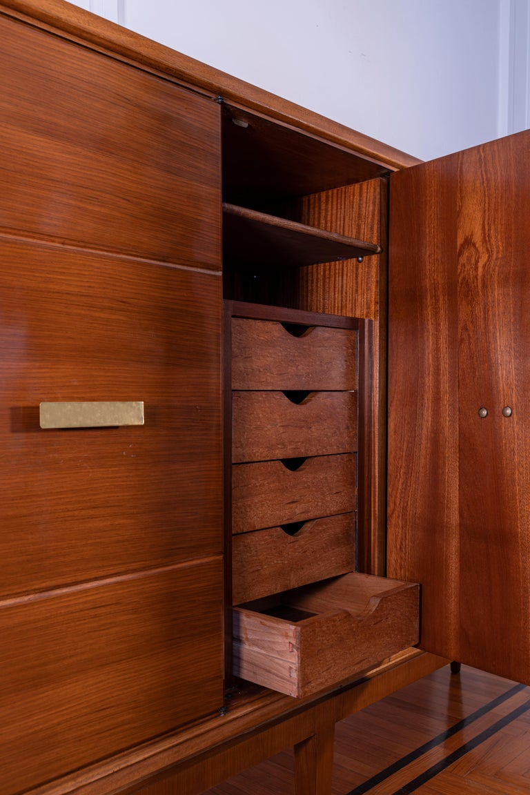 Gio Ponti Five Doors Sideboard in Walnut Veneer and Mahogany for Singer Son In Good Condition For Sale In Montecatini Terme, IT