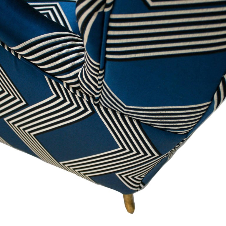 Gio Ponti Mid-Century Modern Pair of Wood Satin Fabric Italian Armchairs For Sale 4