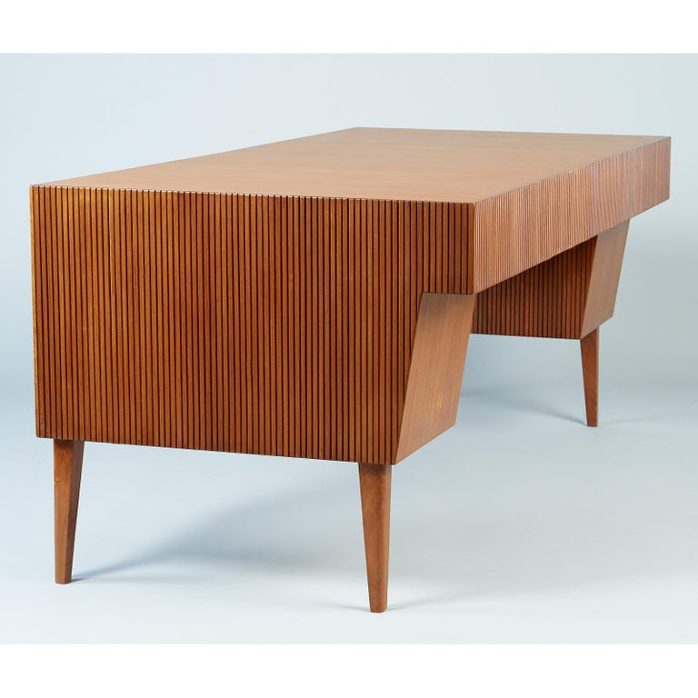 Mid-20th Century Gio Ponti Monumental Desk and Chair Set in Reeded Mahogany, Brass, Italy 1950s For Sale