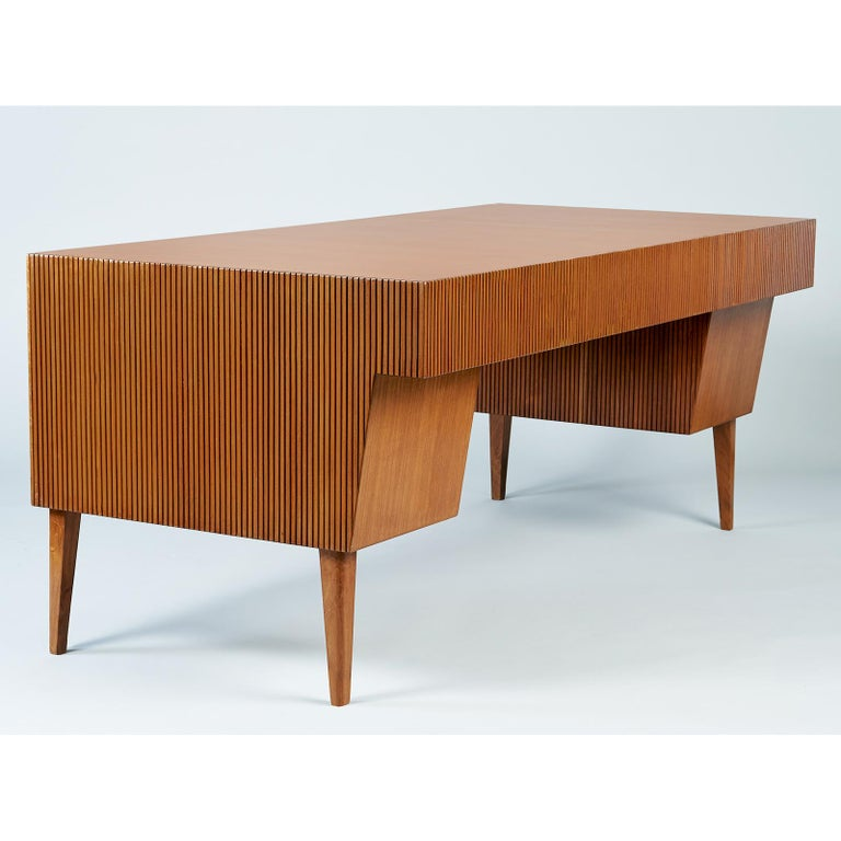 Gio Ponti Monumental Desk and Chair Set in Reeded Mahogany, Brass, Italy 1950s For Sale 1