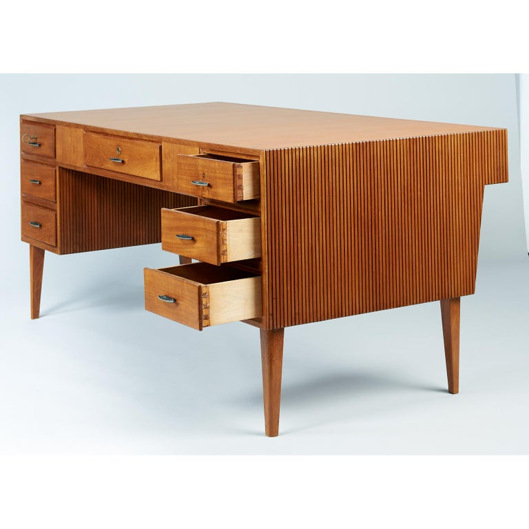 Gio Ponti Monumental Desk and Chair Set in Reeded Mahogany, Brass, Italy 1950s For Sale 2