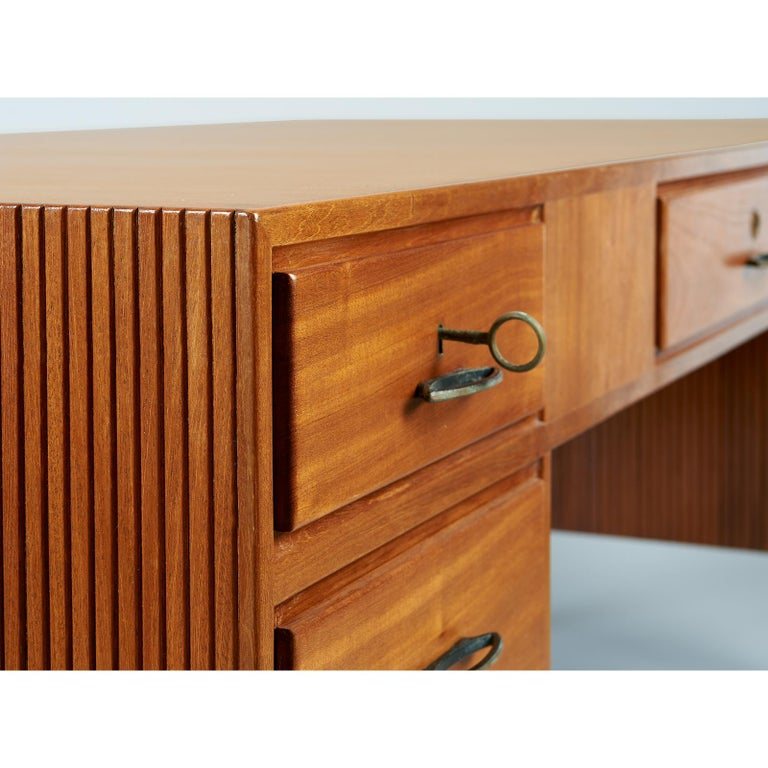 Gio Ponti Monumental Desk and Chair Set in Reeded Mahogany, Brass, Italy 1950s For Sale 3