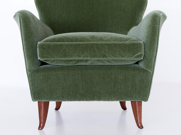 Gio Ponti Pair of Armchairs in Olive Green Velvet and Walnut, Italy, 1949 For Sale 4