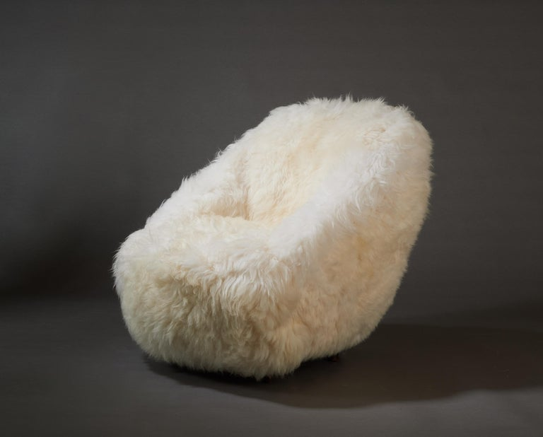 Mid-20th Century Gio Ponti, Striking Pair of Armchairs in White Sheepskin, Italy 1950s For Sale