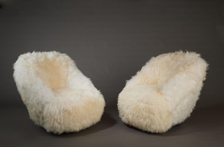 Gio Ponti, Striking Pair of Armchairs in White Sheepskin, Italy 1950s In Good Condition For Sale In New York, NY
