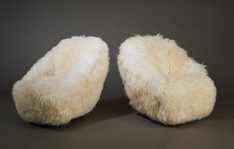 Italian Gio Ponti, Striking Pair of Armchairs in White Sheepskin, Italy 1950s For Sale
