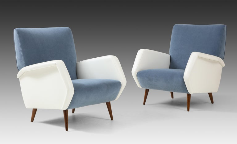 Gio Ponti for Cassina pair of armchairs model 803 with sky blue velvet upholstered back and seat, faux leather sculptural arms, and rosewood legs, Italy, circa 1954. Fully restored, newly upholstered and French polish on the rosewood