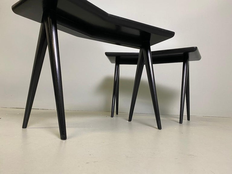 Gio Ponti Pair of black lacquered Walnut Side Tables Mirrored Glass Tops For Sale 6