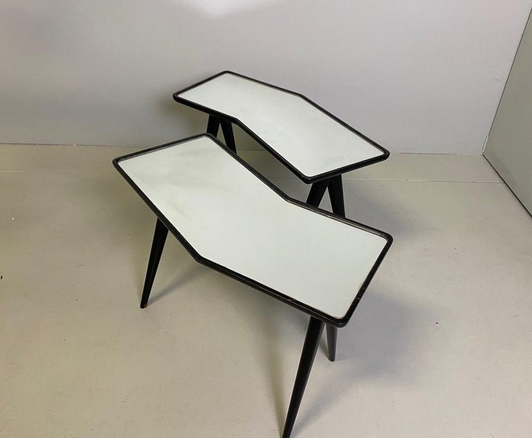 Mid-Century Modern Gio Ponti Pair of black lacquered Walnut Side Tables Mirrored Glass Tops For Sale