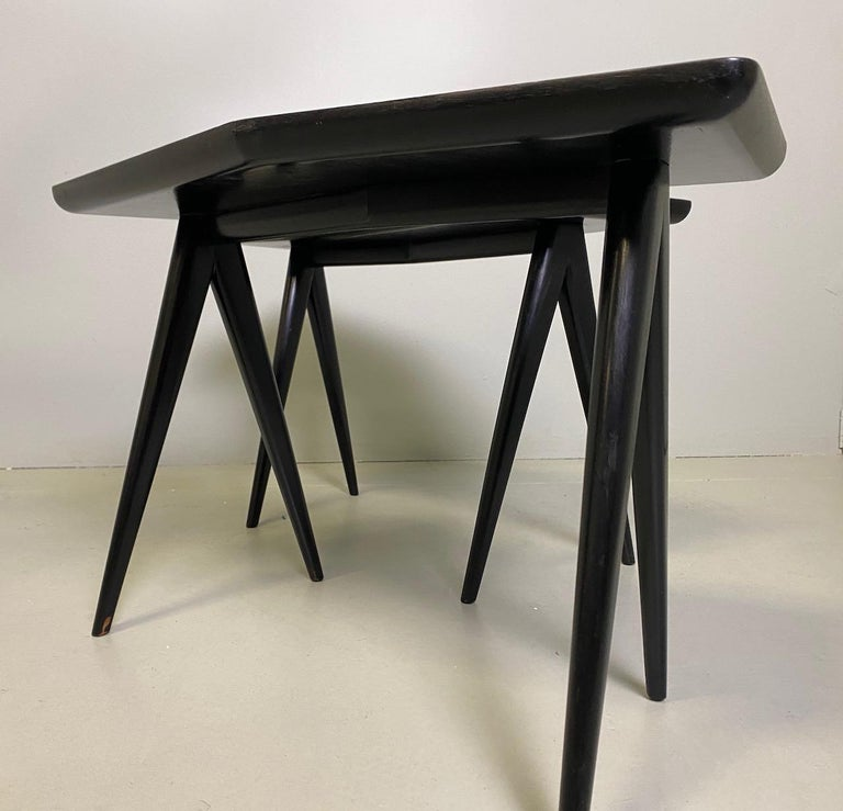 Gio Ponti Pair of black lacquered Walnut Side Tables Mirrored Glass Tops In Good Condition For Sale In Rovereta, SM