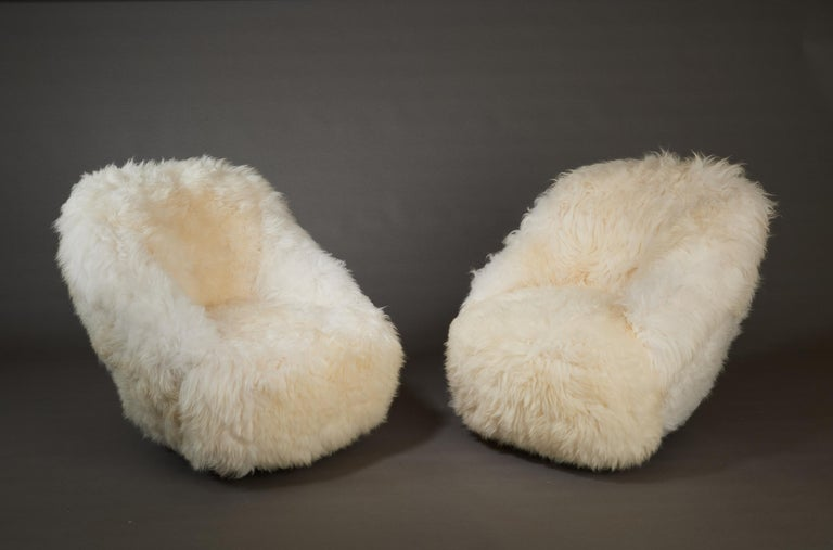 Mid-Century Modern Gio Ponti, Striking Pair of Armchairs in White Sheepskin, Italy 1950s For Sale