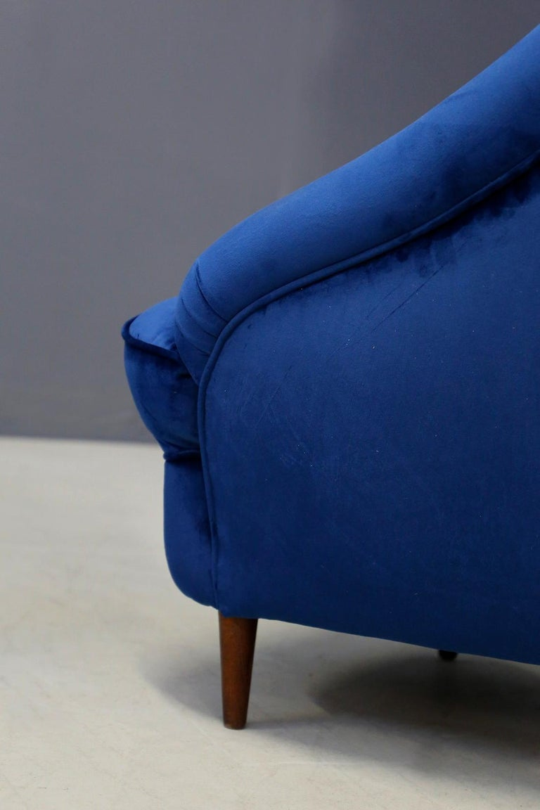 Italian Gio Ponti attributed to Pair of Midcentury Armchairs in Blue Velvet, 1950s For Sale