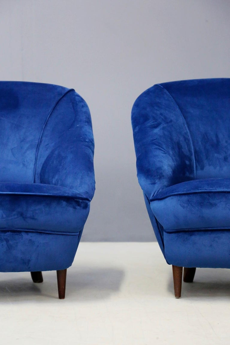 Gio Ponti attributed to Pair of Midcentury Armchairs in Blue Velvet, 1950s In Good Condition For Sale In Milano, IT