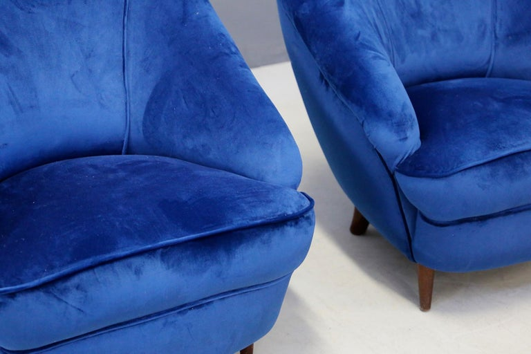 Gio Ponti attributed to Pair of Midcentury Armchairs in Blue Velvet, 1950s For Sale 1