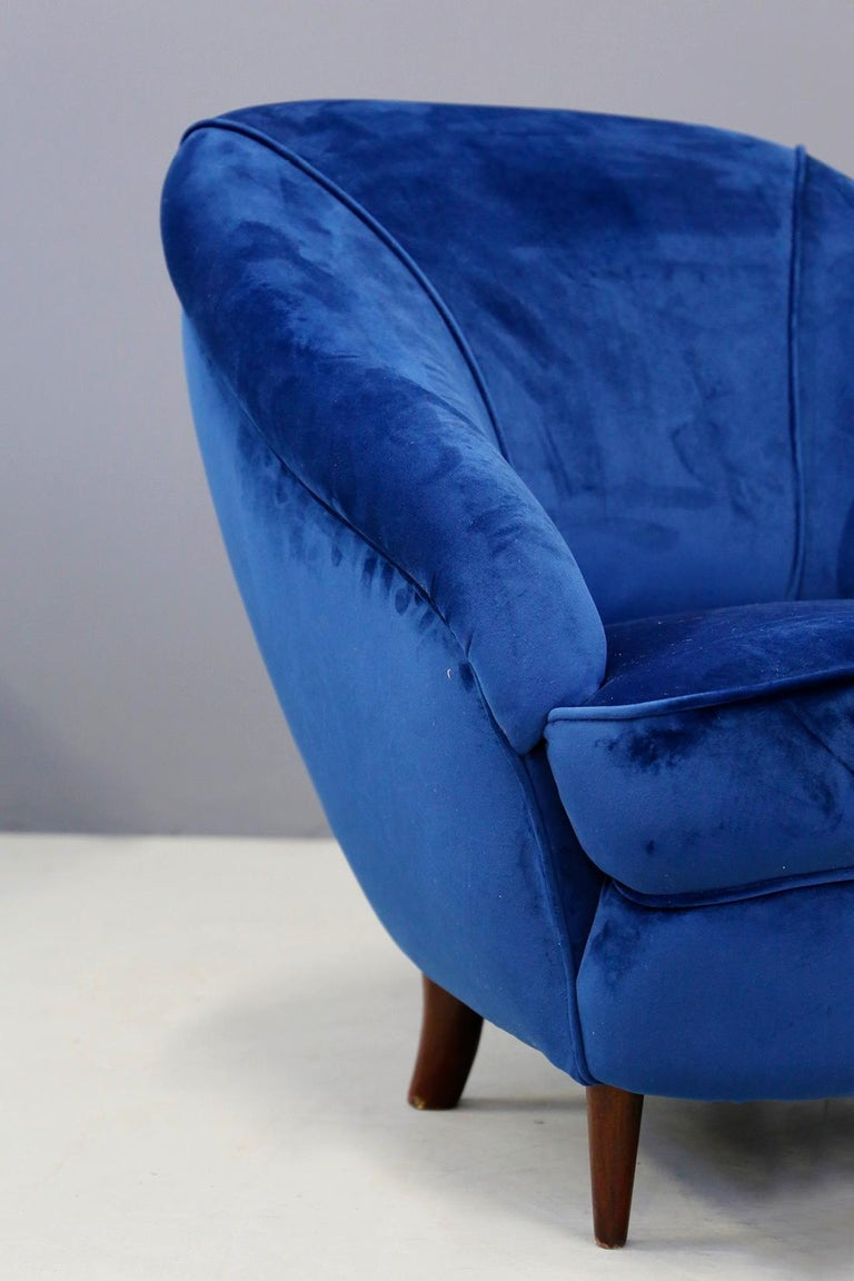 Gio Ponti attributed to Pair of Midcentury Armchairs in Blue Velvet, 1950s For Sale 2