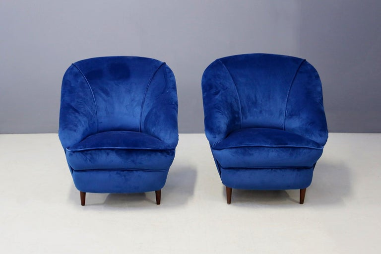 Gio Ponti attributed to Pair of Midcentury Armchairs in Blue Velvet, 1950s For Sale 3