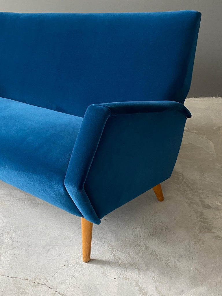 Mid-Century Modern Gio Ponti Rare Production Settee or Sofa, Blue Velvet, Oak, Asko, Finland, 1950s For Sale