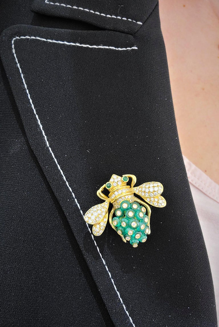Women's or Men's Giovane Italy 18KT Gold, 4.27 Carat Emeralds and 1.53 Carat Diamond Bee Brooch For Sale