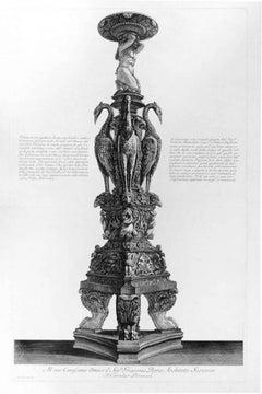 Veduta in prospettiva di un candelabro antico di marmo di gran mole