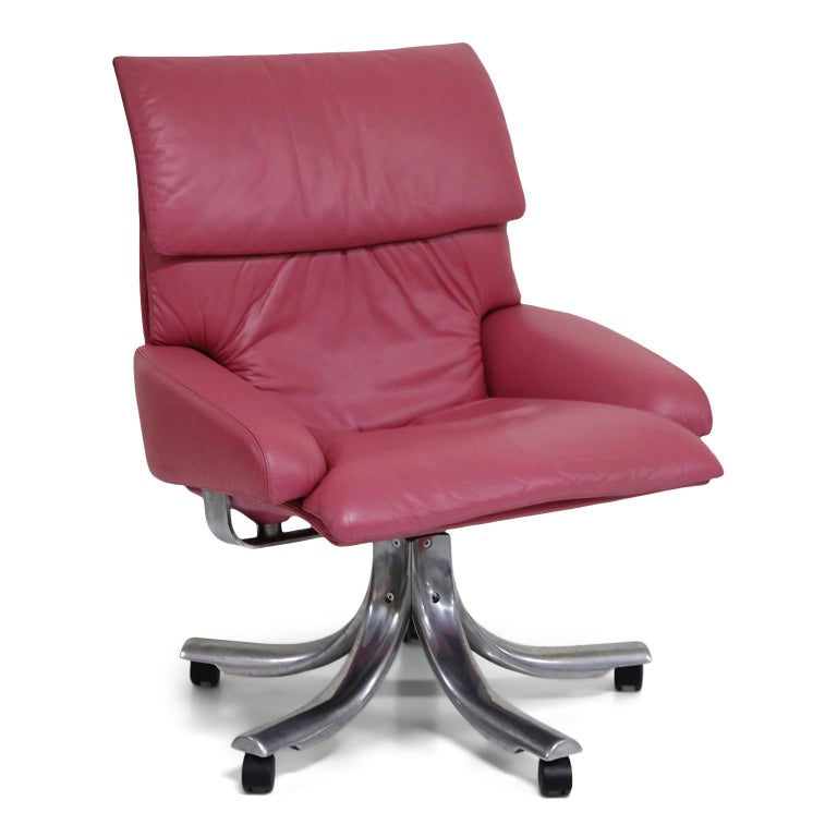 This eye-catching pink leather Onda executive armchair by Giovanni Offredi for Saporiti Italia is very rare in this executive desk chair form. Normally found as a lounge chair, this rare example has the Onda wave armchair design atop a five star