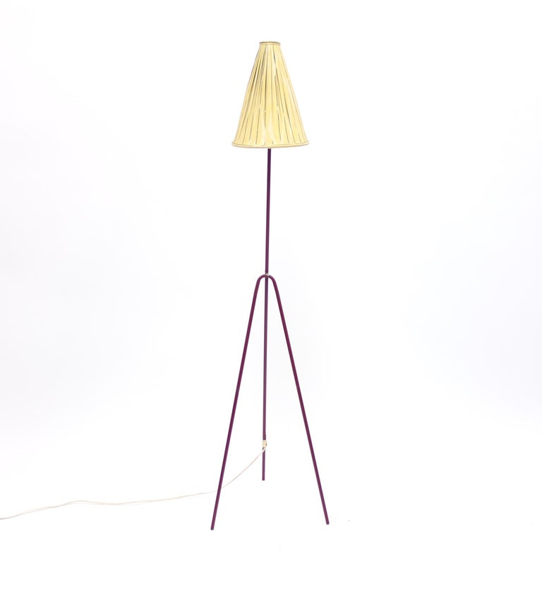 Giraffe floor lamp by Hans Bergström for Ateljé Lyktan. Designed in the 1950s. Original dark red base with the original light yellow patterned shade. Light ware and patina on base. New plug.