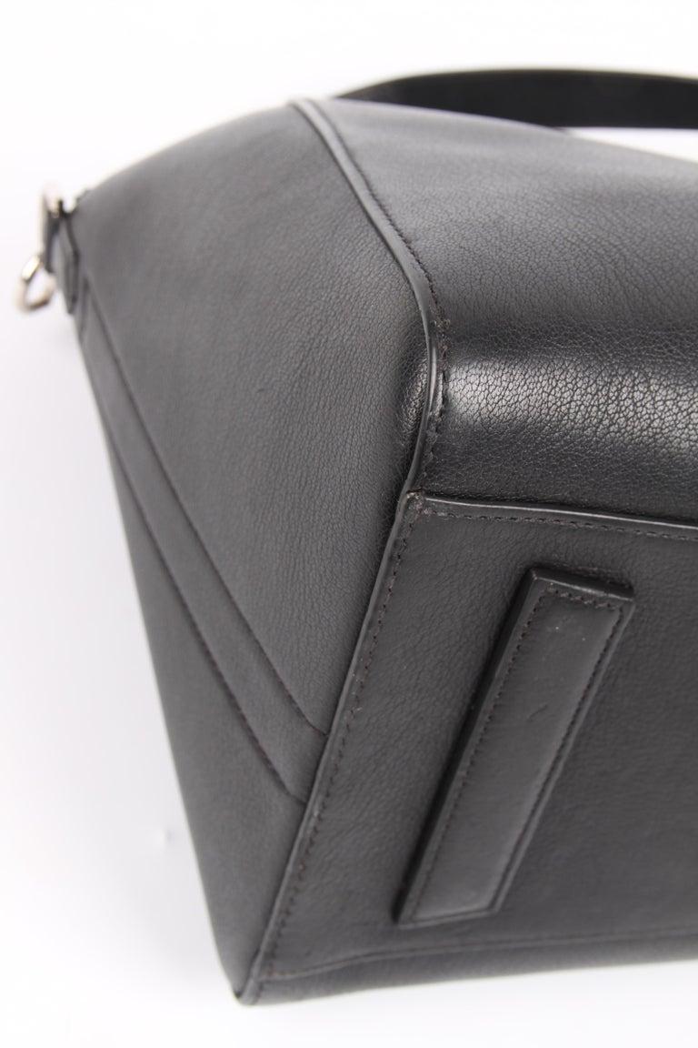 Givenchy Antigona Structured Bag Medium - black    1