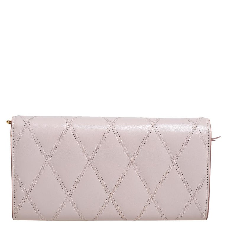 This delicate piece features a classy appeal and is precisely made for you by Givenchy. Crafted from pale pink leather and styled exquisitely, this wallet on chain is accompanied by a chain link for you to swing it with ease. It has a front flap