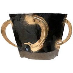 Schwarz glänzende flache Vase mit goldenem Mond und zwei Griffen von Alison Owen