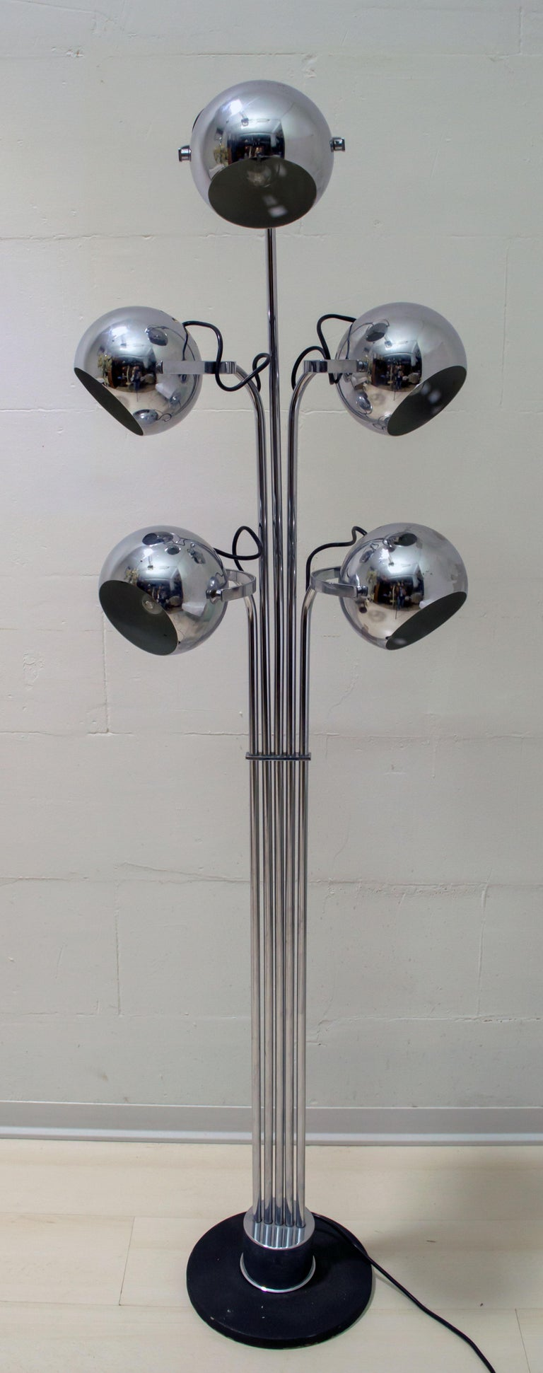 This floor lamp in chromed metal was designed by Goffredo Reggiani in the 1970s; presents five spherical reflectors.