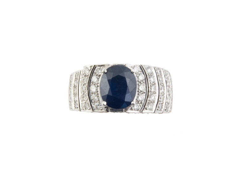 18kt Gold Diamond Ring features a oval  4,20-carat  Blue Sapphire as a center stone and showcases 4,00 carats round diamonds colour G -Vs1.