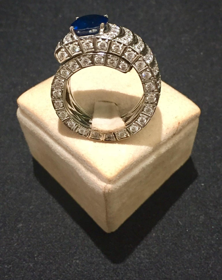 4.20 Oval Blue Sapphire and Diamonds White Gold 18 Karat Cocktail Ring In Excellent Condition For Sale In Palermo, IT
