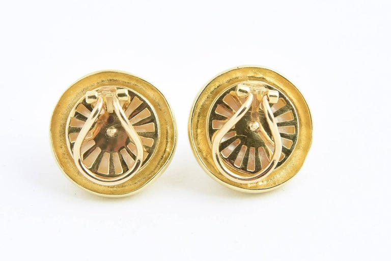 These classic Mabe Pearl Blister Earrings have an 18k gold frame with a 18k yellow gold leaf accent.   Clip earrings with no post.   Marked 750 OJ.  There is a minor ding in one gold leaf.