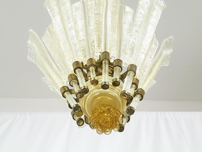 Gold Leaf, Beige Murano Glass & Brass '30s Chandelier by T. Buzzi for Venini In Good Condition For Sale In Varese, Lombardia