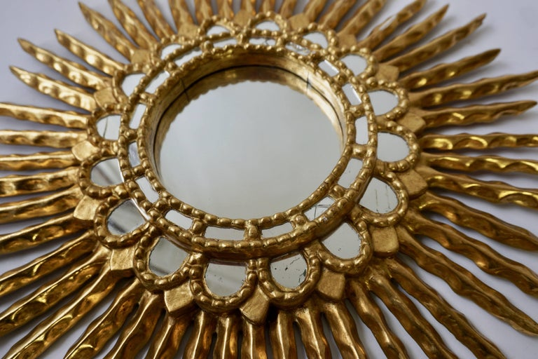 Gold Leaf Giltwood Sunburst Convex Mirror In Good Condition For Sale In Antwerp, BE