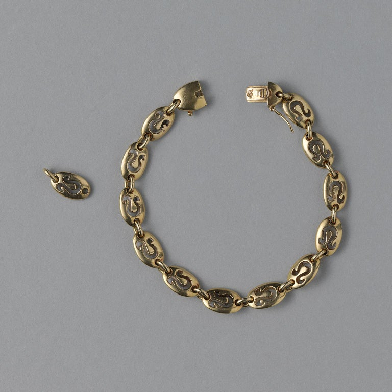 An 18 carat gold bracelet with chunky oval links featuring cut out leo symbols, signed and numbered: Van Cleef & Arpels, France, circa 1970.  weight: 21.49 gram length: 17.5 cm or 18.5 cm with an extra link, fits a 15 – 18 cm wrist. width: 0.7 cm