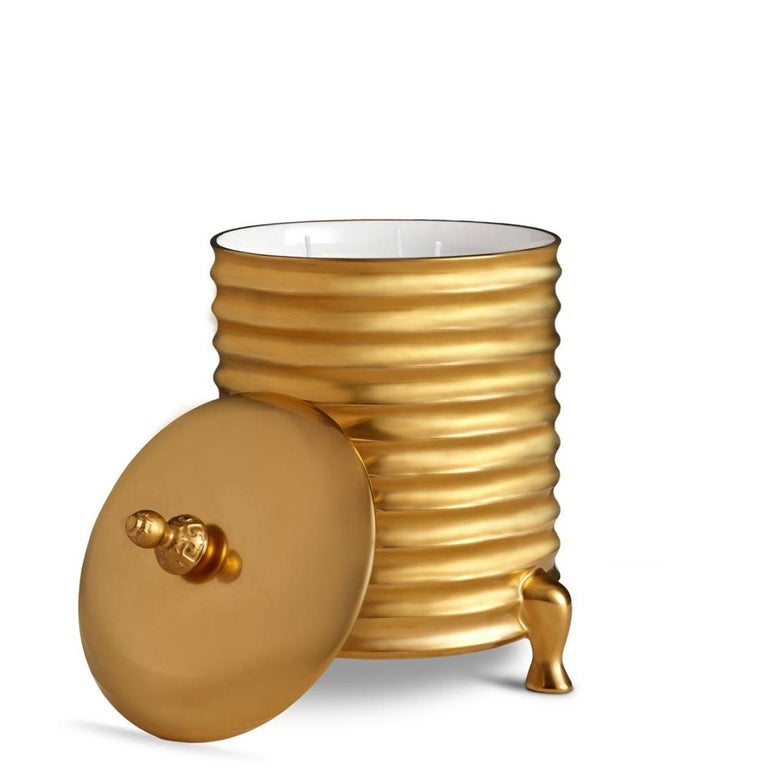 Candle box golden made in porcelain with lid. In gold finish porcelain in 24-karat gold-plated. Include paraffin wax with 3 wicks. Delivered in a luxury gift box.
