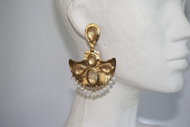 Fan inspired gold clip earrings with rock crystals and freshwater pearls from Goossens Paris. These earrings and all pieces for fall 2019 are part of a