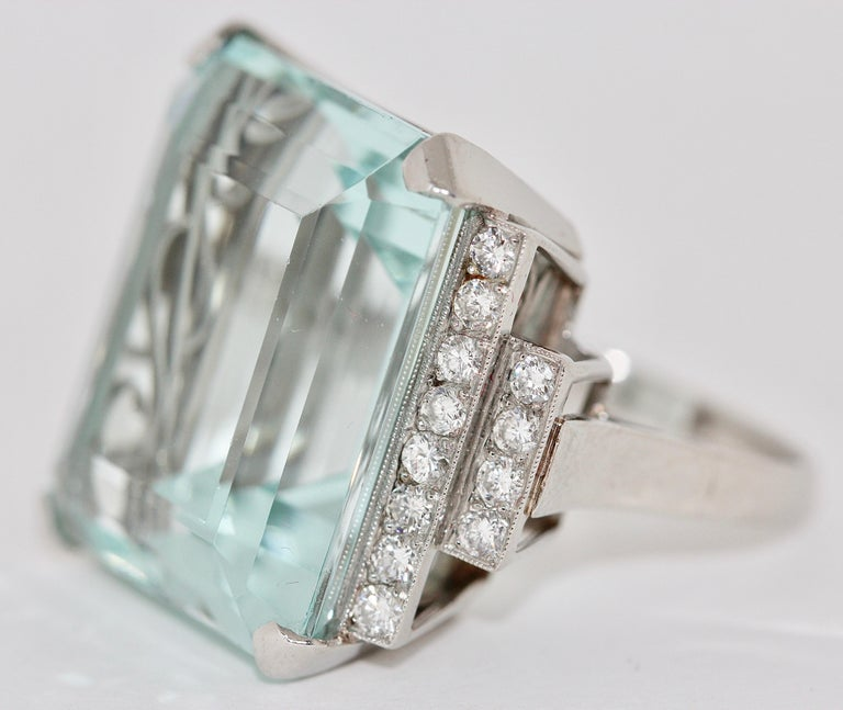 Gorgeous 950 Platinum Ring with Large Faceted Aquamarine and 24 Diamonds In Excellent Condition For Sale In Berlin, DE