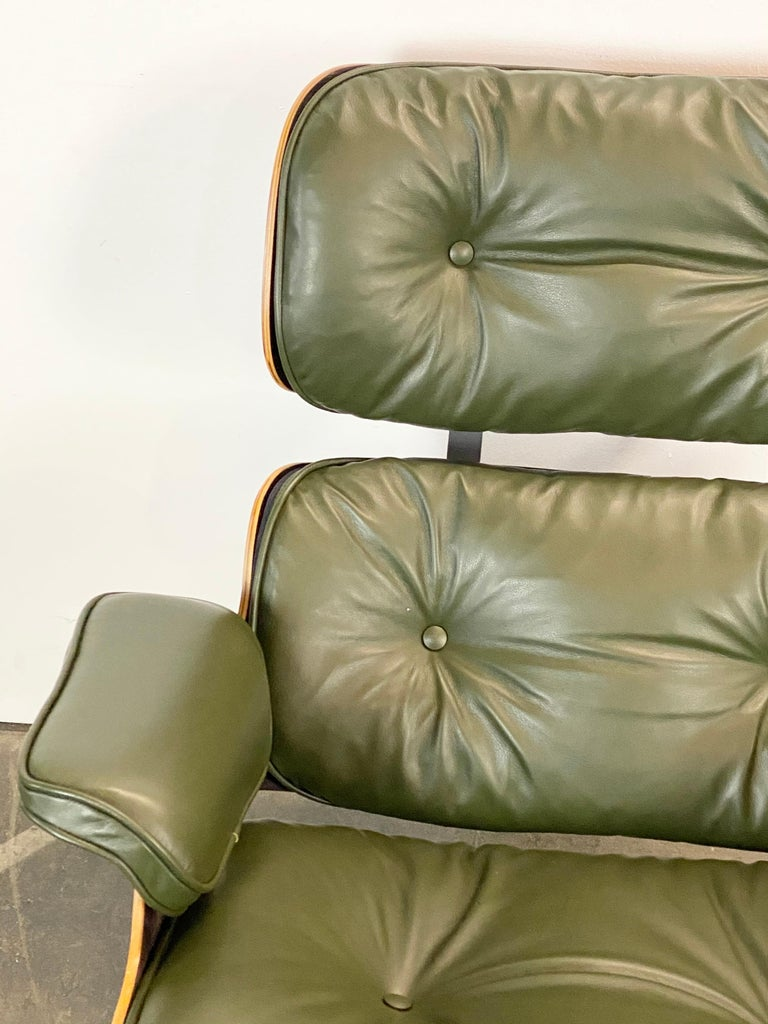 Gorgeous Avocado Eames Lounge Chair and Ottoman In Good Condition For Sale In Brooklyn, NY