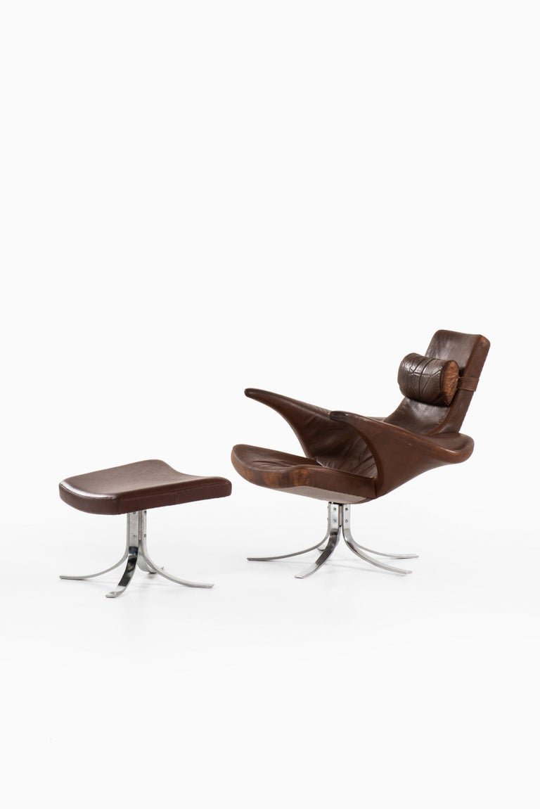 Very rare easy chair with stool model Måsen / Seagull designed by Gösta Berg. Produced by Fritz Hansen in Denmark. Dimensions easy chair (W x D x H): 94 x 100 x 88.5 cm, SH 39 cm. Dimensions stool (W x D x H): 58 x 49 x 41 cm.