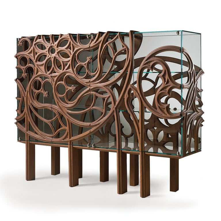 True to its name, this unique cabinet boasts a stunning carved decoration that reinterprets the complex geometric structure of the rose windows in Gothic churches with a contemporary aesthetic. It is part of a limited edition of only ten pieces. Its