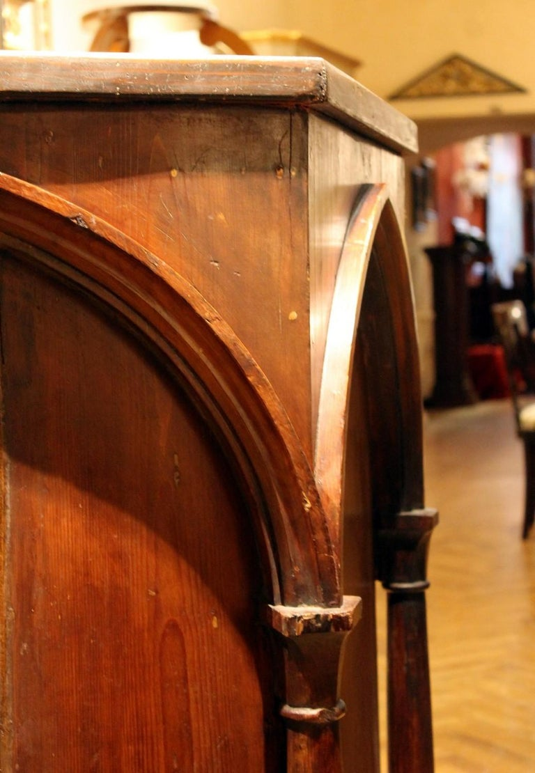 Gothic Revival Carved Walnut Wood Pulpit or Bar Counter Arches and Columns Shape In Good Condition For Sale In Firenze, IT