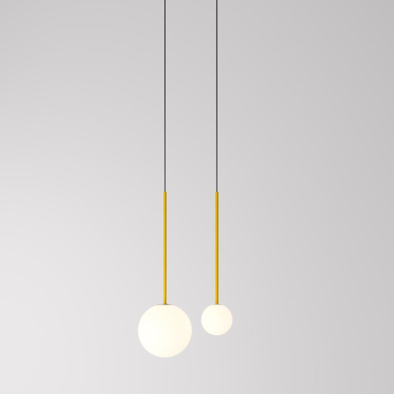 An elegant and vivacious piece of functional decor, this striking pendant lamp will complement contemporary interiors both showcased individually or with other pieces from the same collection. Mounted on a hand-brushed brass ceiling rose (Ø 18 cm),
