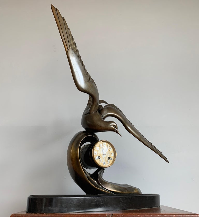Graceful Art Deco Table / Mantel Clock w Large Stylized Swallow Bird Sculpture In Good Condition For Sale In Lisse, NL