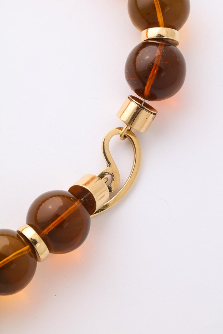 Graduated Reconstituted Amber and 18 Karat Yellow Gold Rondel Necklace In Excellent Condition For Sale In New York, NY