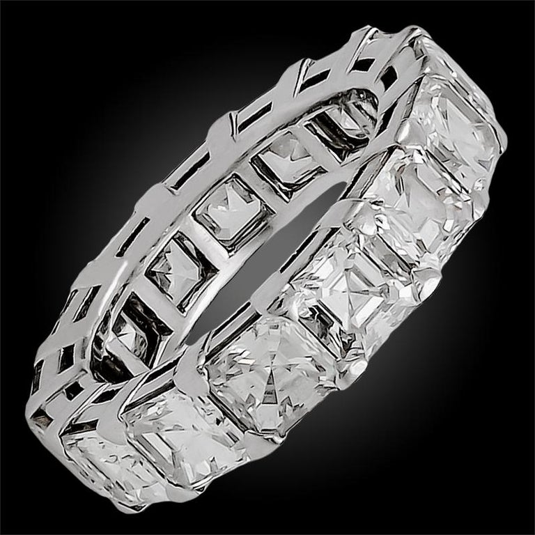 The Graff emerald-cut diamond band embodies the perfect balance between classic and contemporary with its sculptural design that wraps around the finger with magnificent brilliance. This platinum eternity ring is finely set with 15 emerald-cut