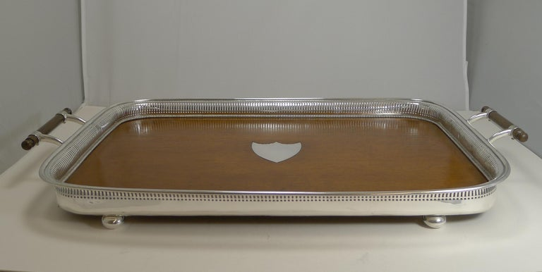 Grand Large Antique English Oak and Silver Plate Drinks / Serving Tray In Good Condition For Sale In London, GB